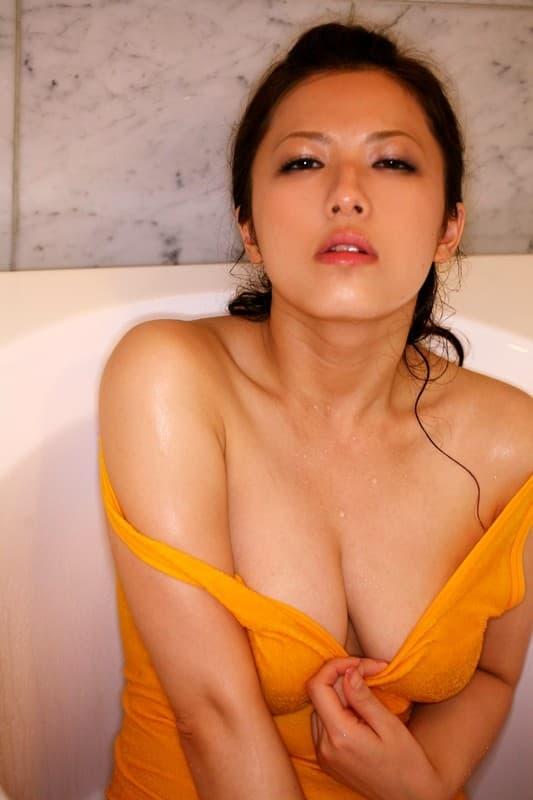 【花井メイサエロ画像】好きなものは童貞狩り!?美白爆乳ハーフ美女・花井メイサ!