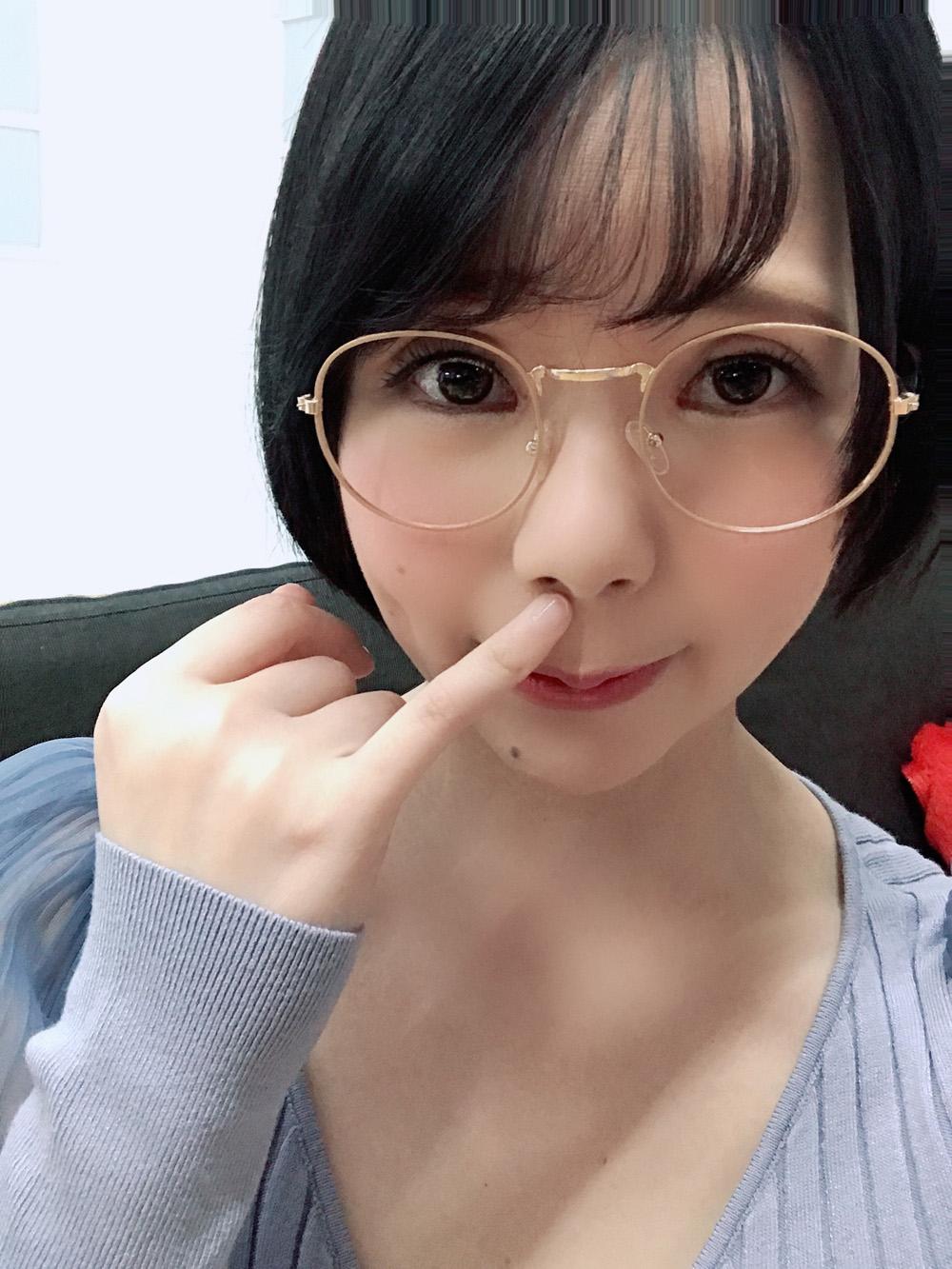 【初愛ねんねエロ画像】眼鏡は体の一部な童顔ボインちゃん・初愛ねんね!
