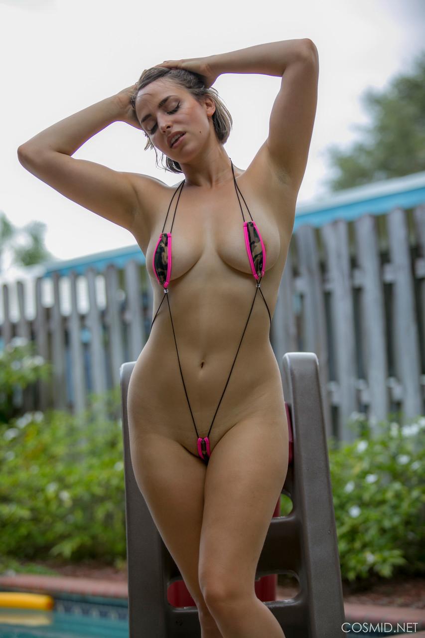 【海外エロ画像】泳がなくても零れそう…前衛的過ぎる水着に着替えた海外美女たち!