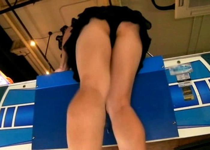 ミニスカ女子の勝手にパンチラエロ画像