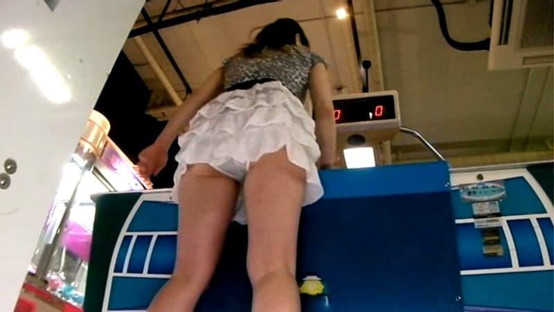 【パンチラエロ画像】中身を見られる運命だったミニスカ女子のパンチラの瞬間!