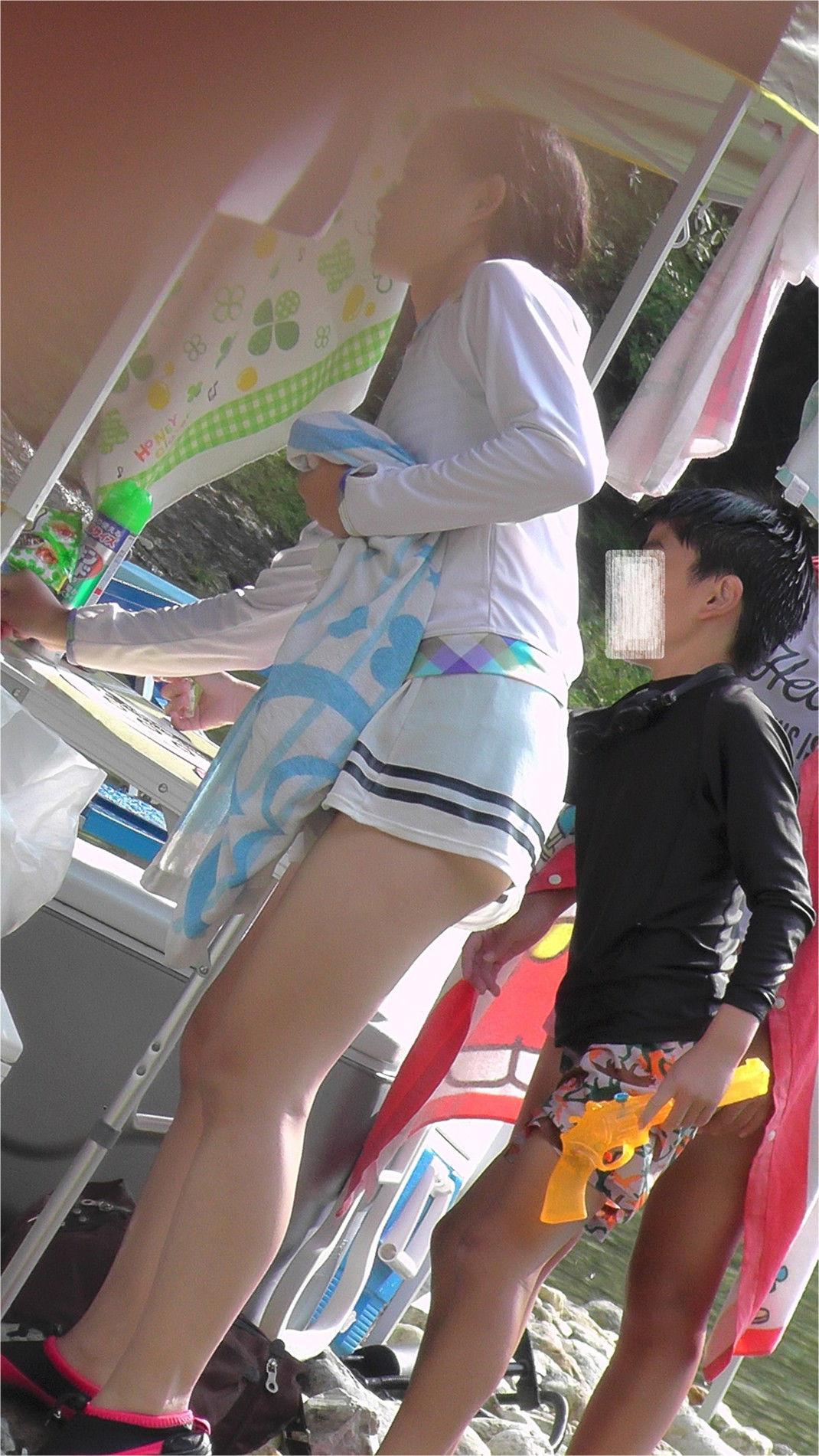 【美脚エロ画像】パンチラ狙えなくてもこっちは見えてる魅力的な素人美脚!