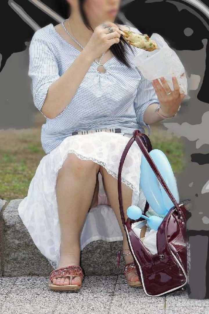 【パンチラエロ画像】膝も上げてくれれば丸見えな座りパンチラ淑女たち!