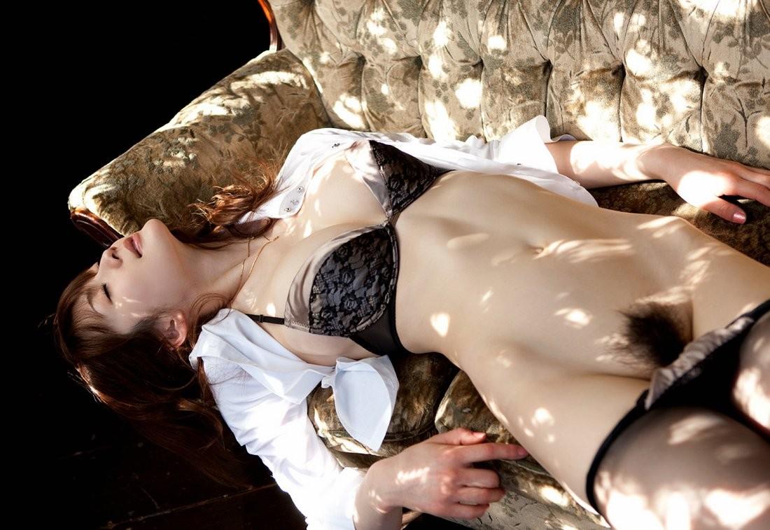 【股間エロ画像】無い方がまだ違和感…女の陰毛は大人である証!