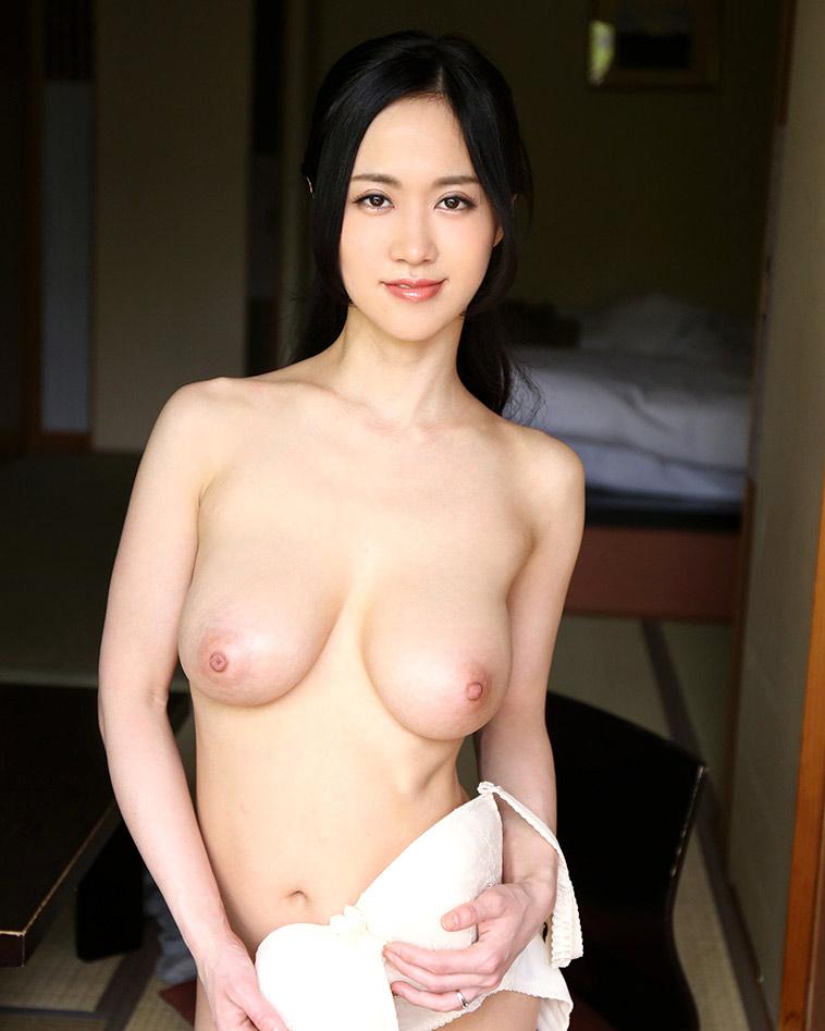 【脱衣エロ画像】脱げるまでに焦ったら負けwブラを外して生乳とご対面の瞬間!