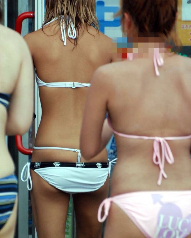 【水着エロ画像】半分出ていても気にしない人多数wビキニ女子の眩しいハミ尻!