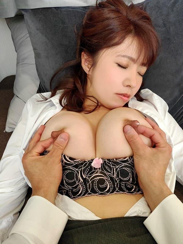 【母乳エロ画像】気持ちよくなると勝手に出ちゃう…母乳属性ゆえのミルク噴射!
