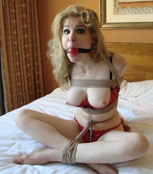 【緊縛エロ画像】自分だけでは満たされないドMな海外美女たちの縄化粧!