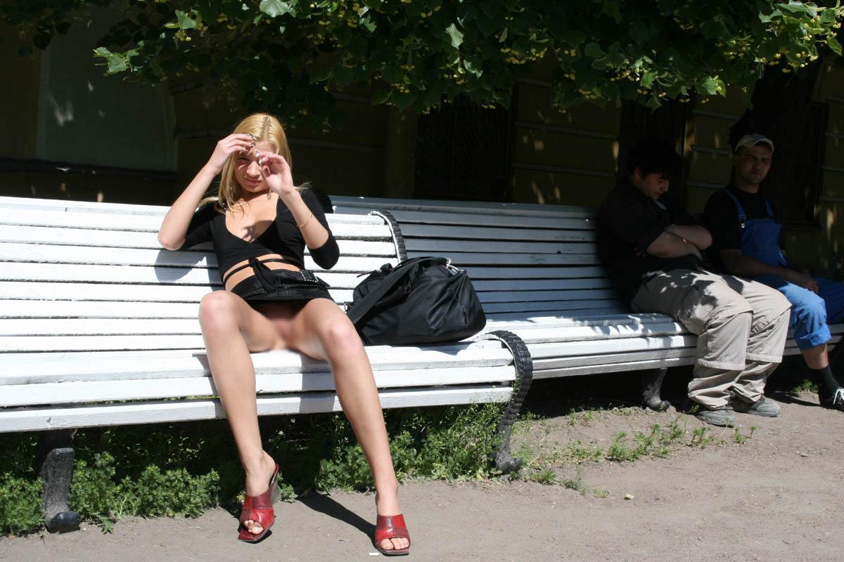 【露出エロ画像】ヒラリと捲ればノーガードwノーパン主義な海外美女たち!