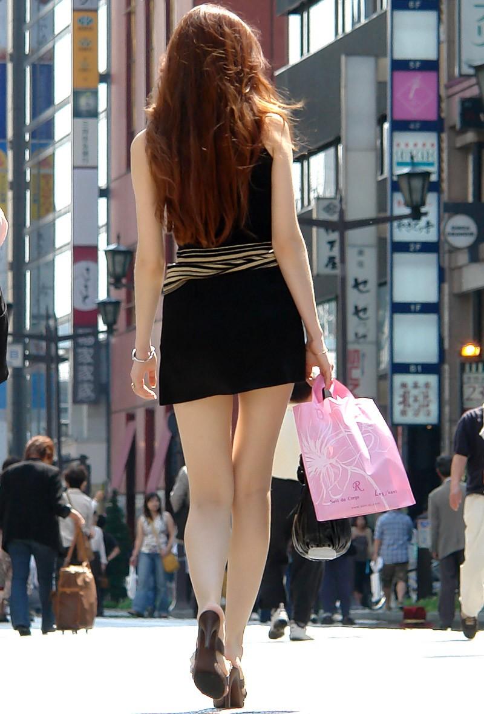 【美脚エロ画像】ミニでもショーパンでも良き!街角淑女の美脚を見守る