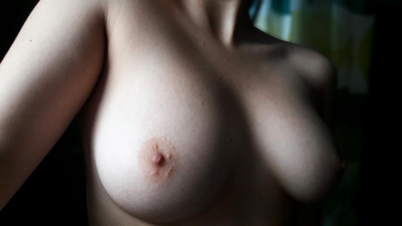 【海外エロ画像】好きなものは世界共通w自撮り生乳見せてくれた海外素人たち!