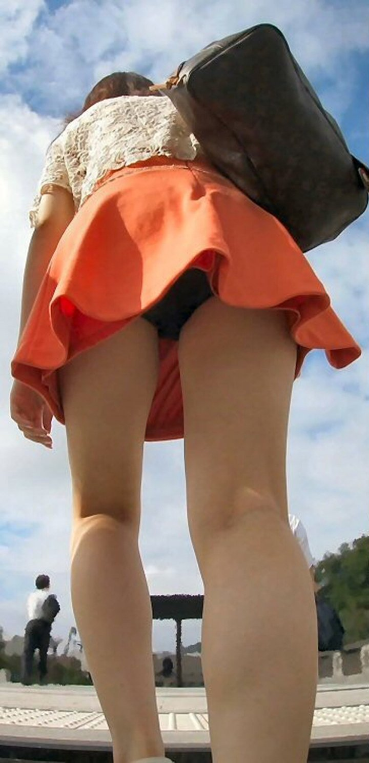 【パンチラエロ画像】斜め上に存在する無自覚な誘惑…ローアングルパンチラ!