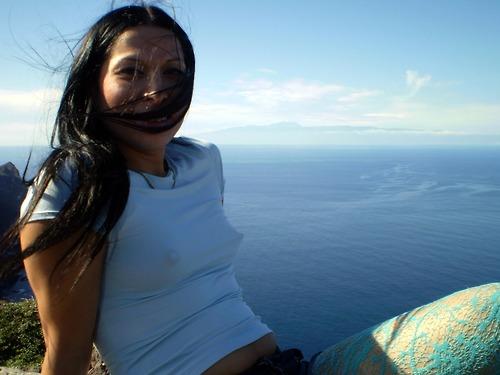 【海外エロ画像】直に見えてないのでセーフな海外淑女のノーブラバスト!