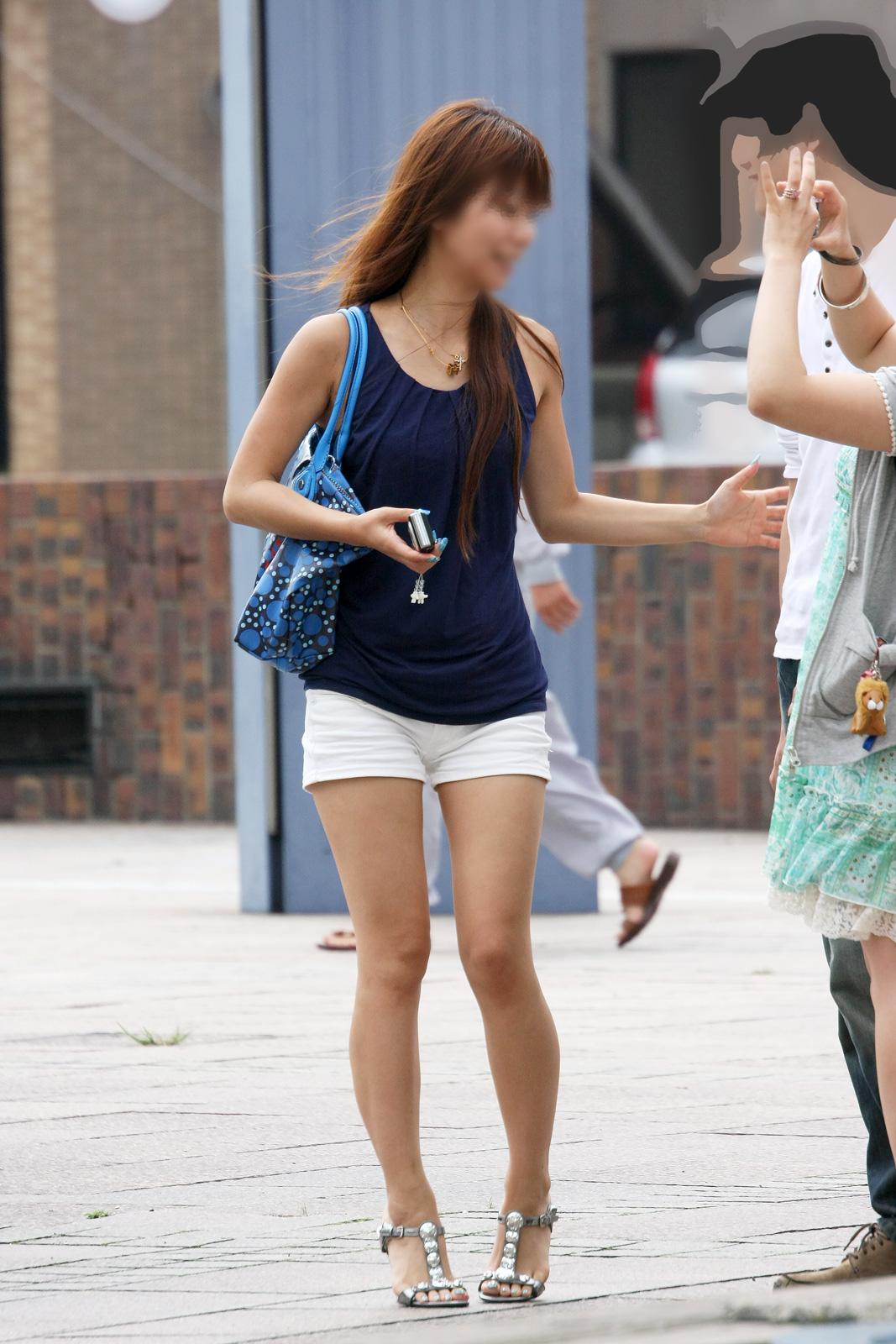 【美脚エロ画像】夏が近くまで来ている事を示す街角ショーパン美脚撮り!