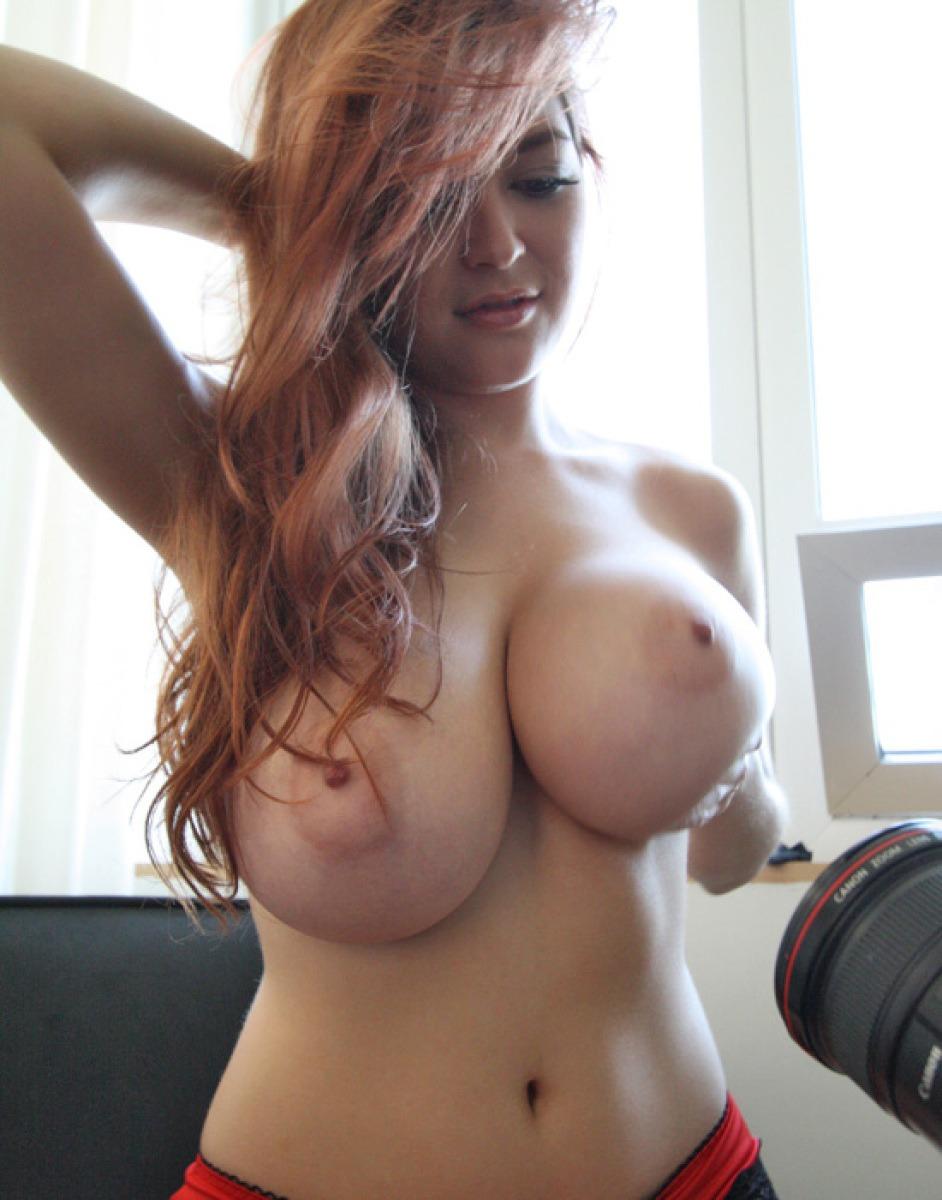 【海外エロ画像】重さが想像できない…圧倒的過ぎる爆乳を誇る海外美女たち!