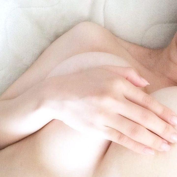 【手ブラエロ画像】見たければ本人のところへ行くしかない挑発的手ブラ乳!