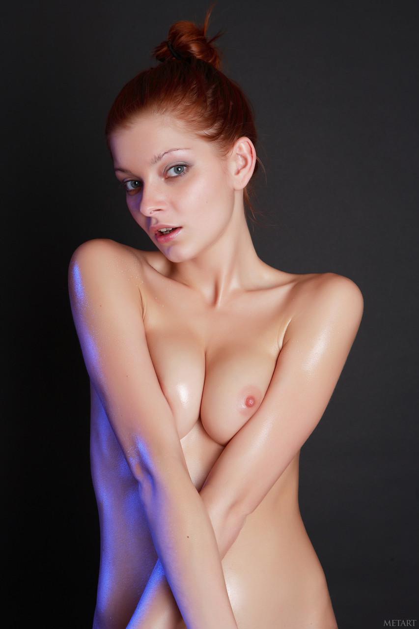 【海外エロ画像】妖しく淫らに光沢を放つ…オイルまみれの海外美女たち!