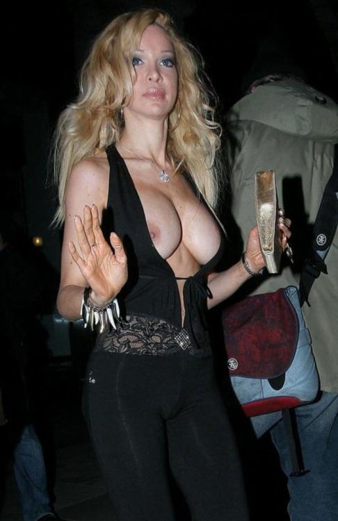 【海外エロ画像】想定内?乳ポロしても何食わぬ顔な海外淑女たち!
