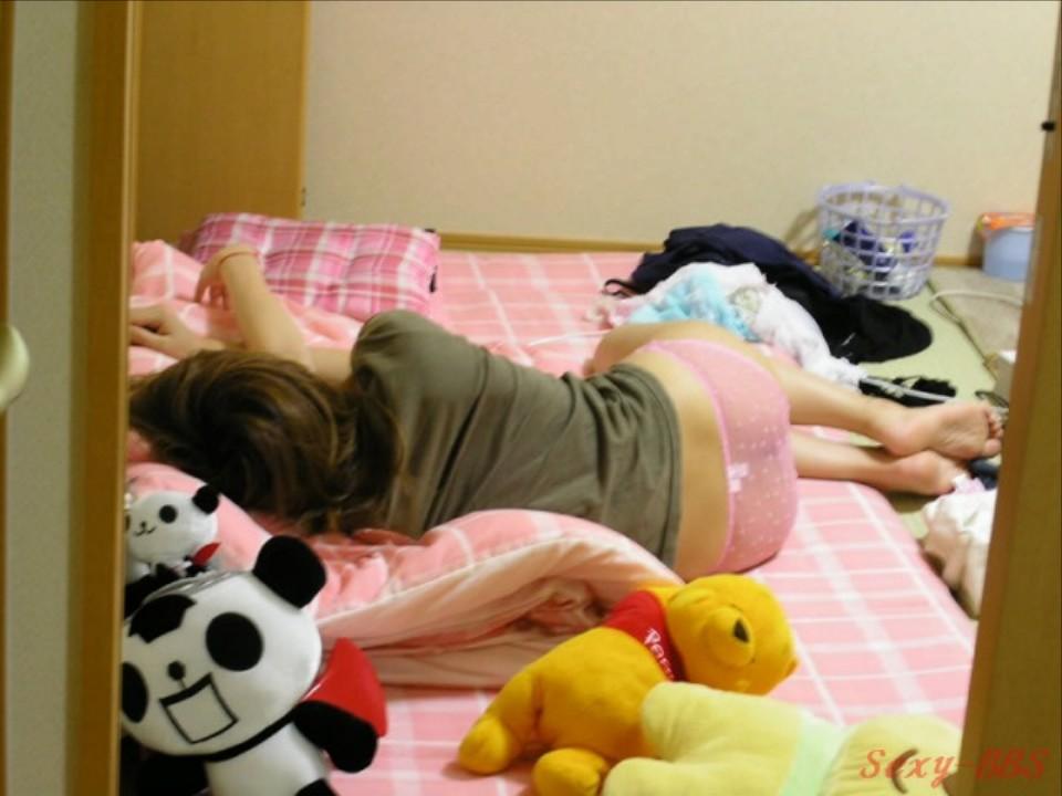 【女尻エロ画像】隙だらけで寝ているからイタズラしたくなる美尻がこちら!