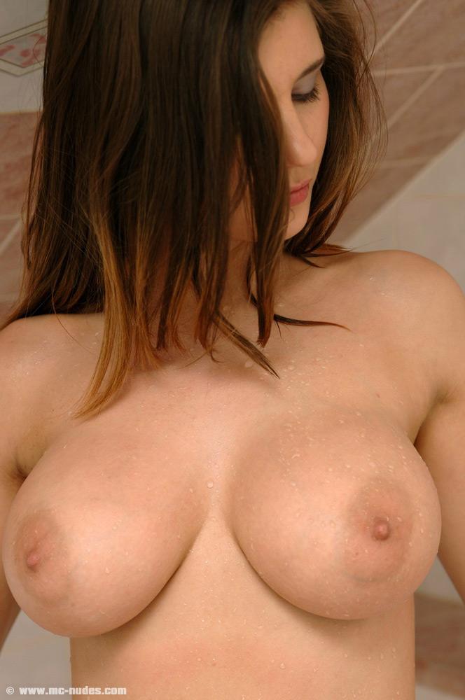 【海外エロ画像】天然ならどっぷり味わい尽くしてみたい海外美女の美爆乳!