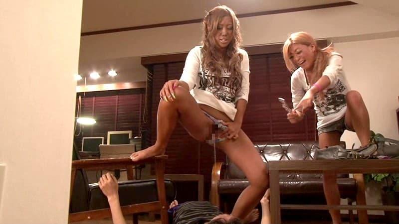 【放尿エロ画像】生理現象ですから…派手におしっこする姿を見せた淑女たち!