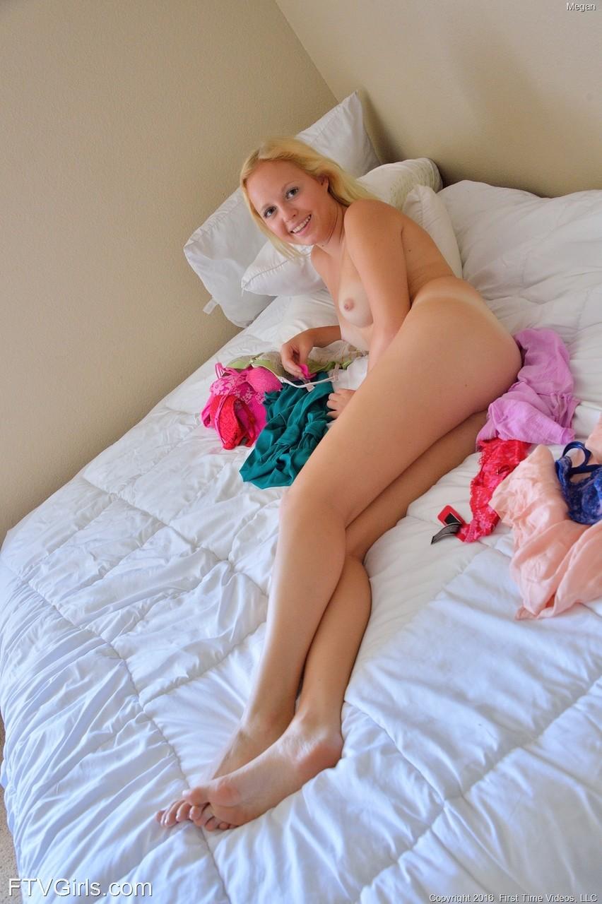 【海外エロ画像】自慢の脚線美をヌードで魅せる海外美女の皆さん!