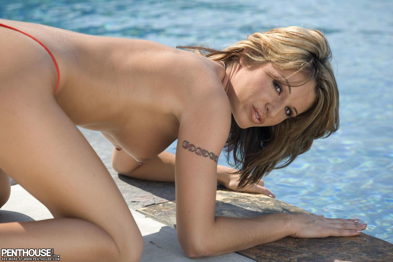 【海外エロ画像】プライベートプールで裸になってるけしからん海外美女たち!