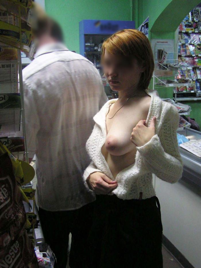 【店内露出エロ画像】正気とは思えない店内露出プレイで興奮する女たち! 02