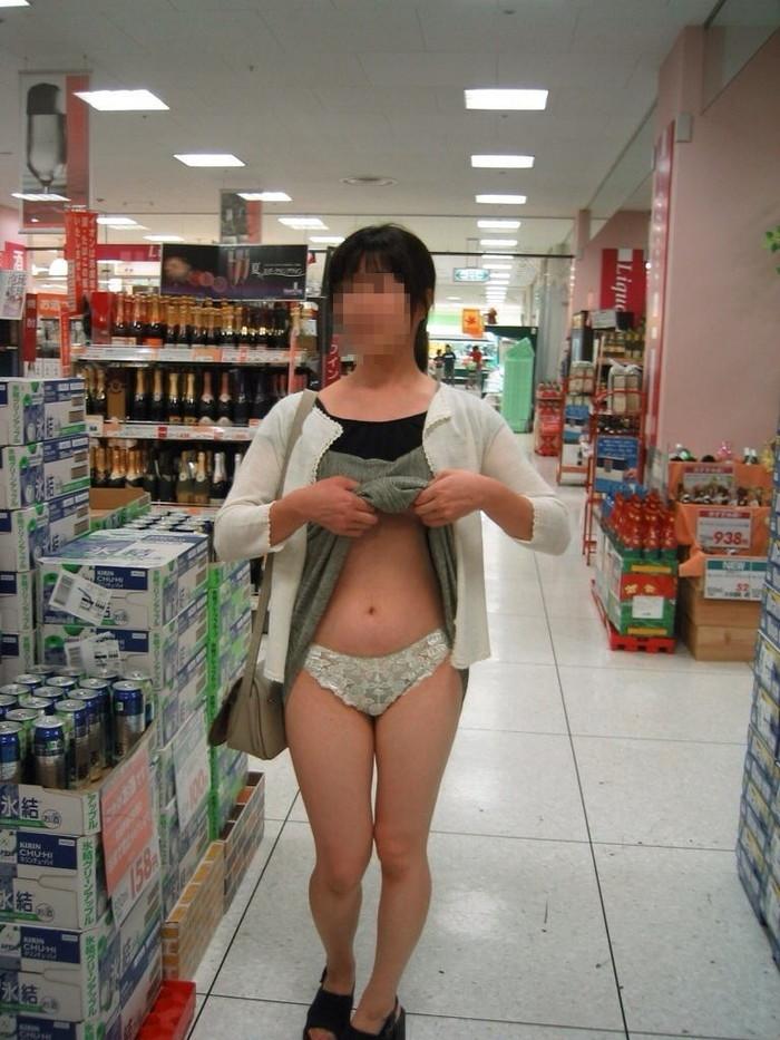 【店内露出エロ画像】正気とは思えない店内露出プレイで興奮する女たち! 24