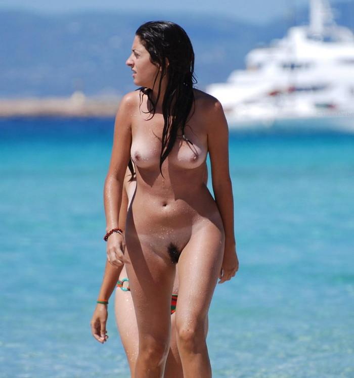【ヌーディストビーチエロ画像】公衆の面前で裸体をさらすヌーディストたち!エロ過ぎるだろ! 01