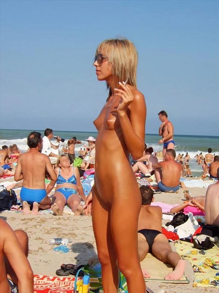 【ヌーディストビーチエロ画像】公衆の面前で裸体をさらすヌーディストたち!エロ過ぎるだろ! 12