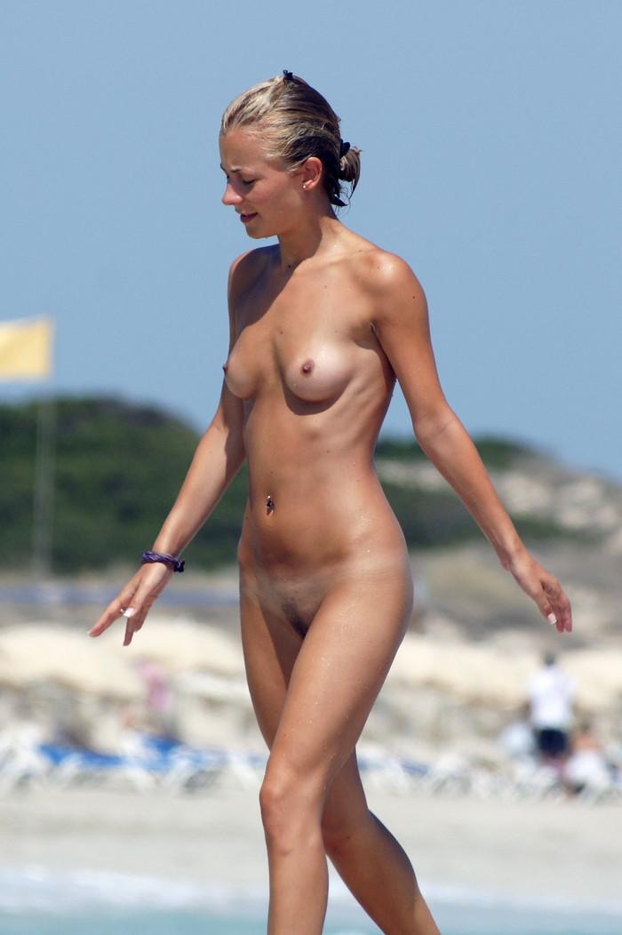 【ヌーディストビーチエロ画像】公衆の面前で裸体をさらすヌーディストたち!エロ過ぎるだろ! 26