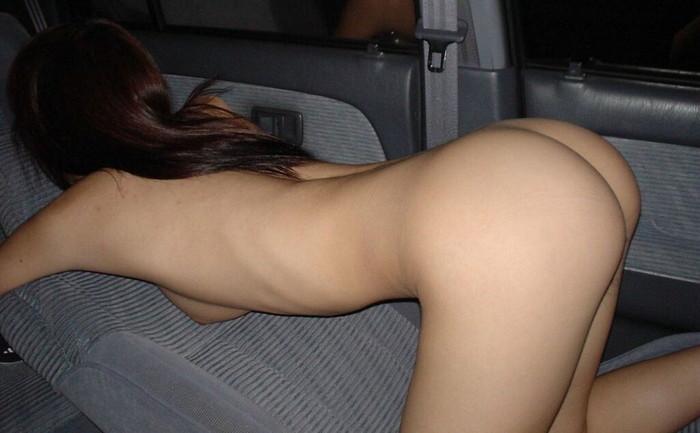 【車内露出エロ画像】車内だから脱いでみて!?彼女にお願いした結果www 25