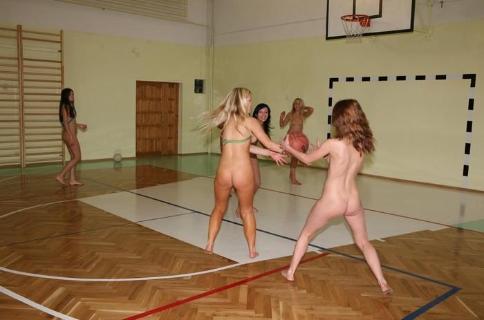 【全裸スポーツエロ画像】正気か!?全裸でスポーツをする女の子たち!www