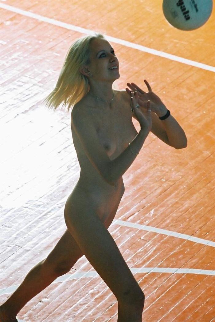 【全裸スポーツエロ画像】正気か!?全裸でスポーツをする女の子たち!www 17