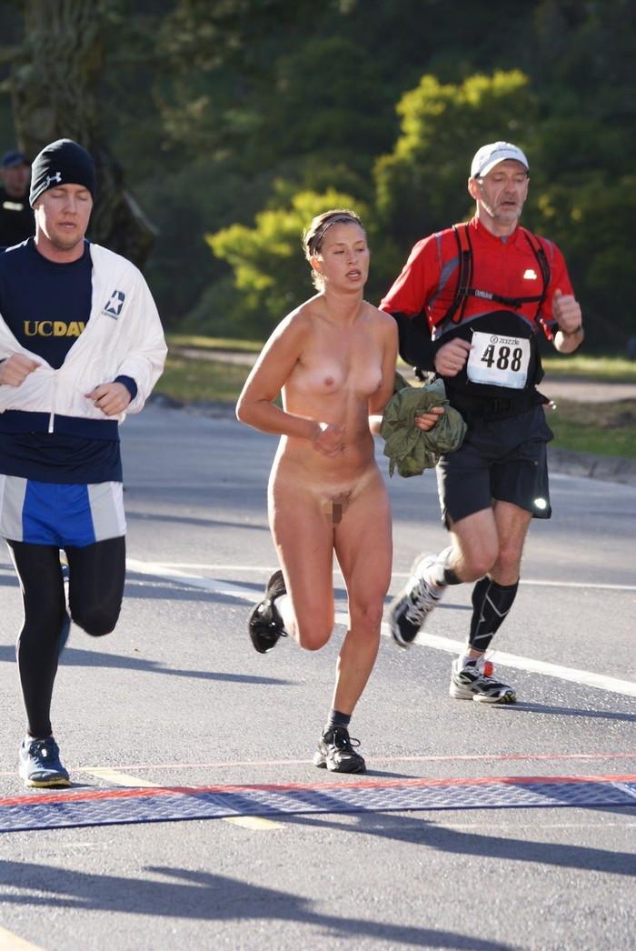 【全裸スポーツエロ画像】正気か!?全裸でスポーツをする女の子たち!www 21