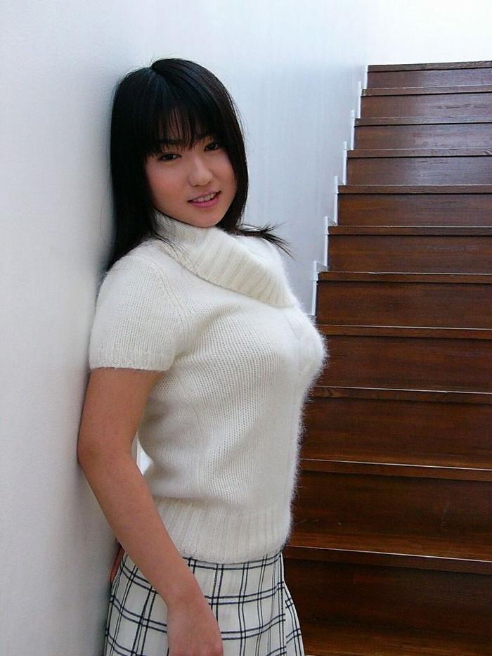 【着衣巨乳エロ画像】はち切れそうな着衣おっぱいに思わず勃起したwww 13