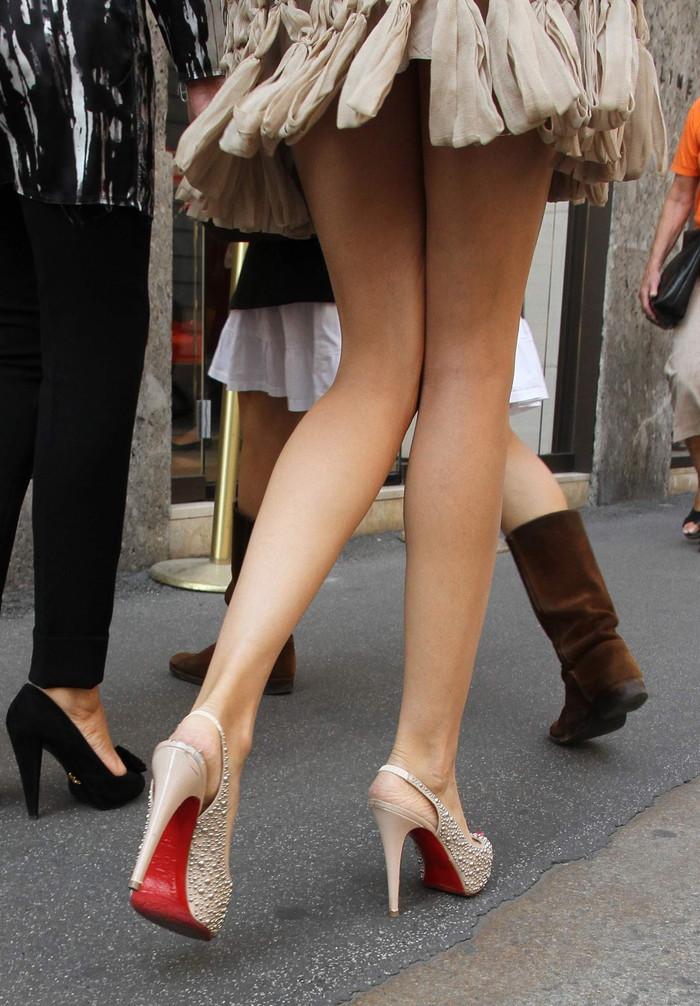 【街撮り美脚エロ画像】思わず二度見!?街中で見かけた美脚まんさん特集!www 14