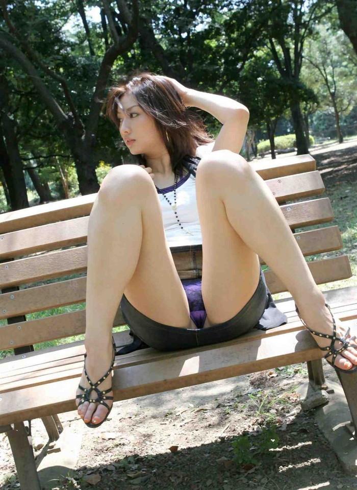 【M字開脚エロ画像】潔いまでの開脚!M字に開いた足が股間を強調する! 14