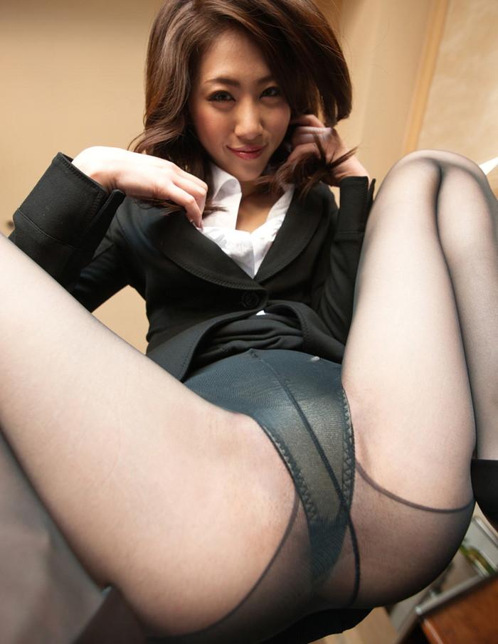 【M字開脚エロ画像】潔いまでの開脚!M字に開いた足が股間を強調する! 25