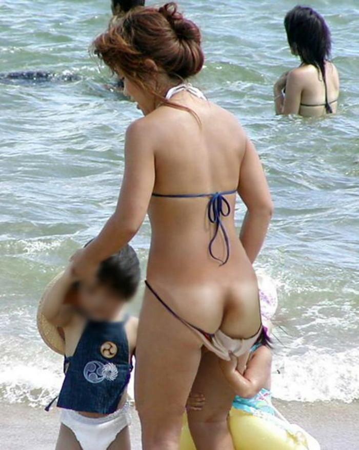 【水着ハプニングエロ画像】水着の女の子たちの予想だにしなかったエロハプニング! 15