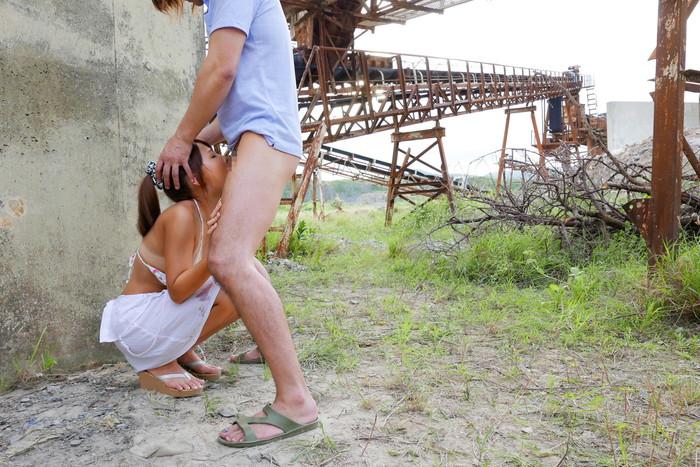 【野外フェラチオエロ画像】大自然の中でチンポ咥える女エロすぎて草www