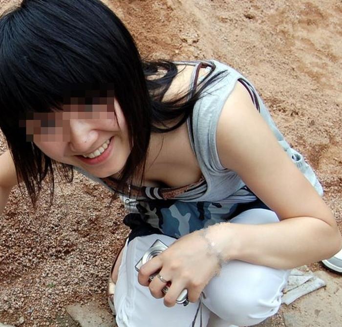 【胸チラエロ画像】素人娘たちのゆるんだ胸元を狙い撃ちした結果www 01