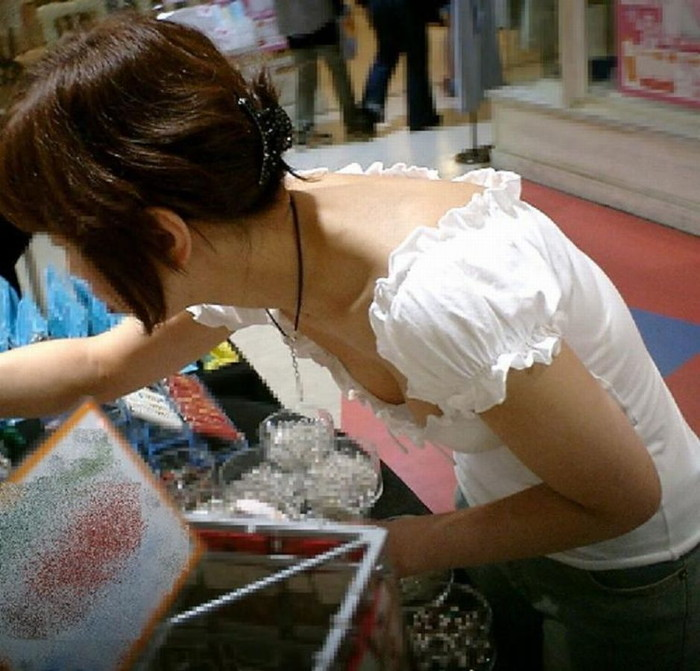 【胸チラエロ画像】素人娘たちのゆるんだ胸元を狙い撃ちした結果www 05