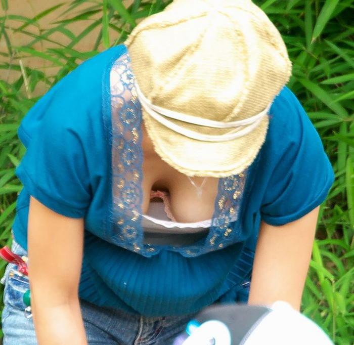【胸チラエロ画像】素人娘たちのゆるんだ胸元を狙い撃ちした結果www 07