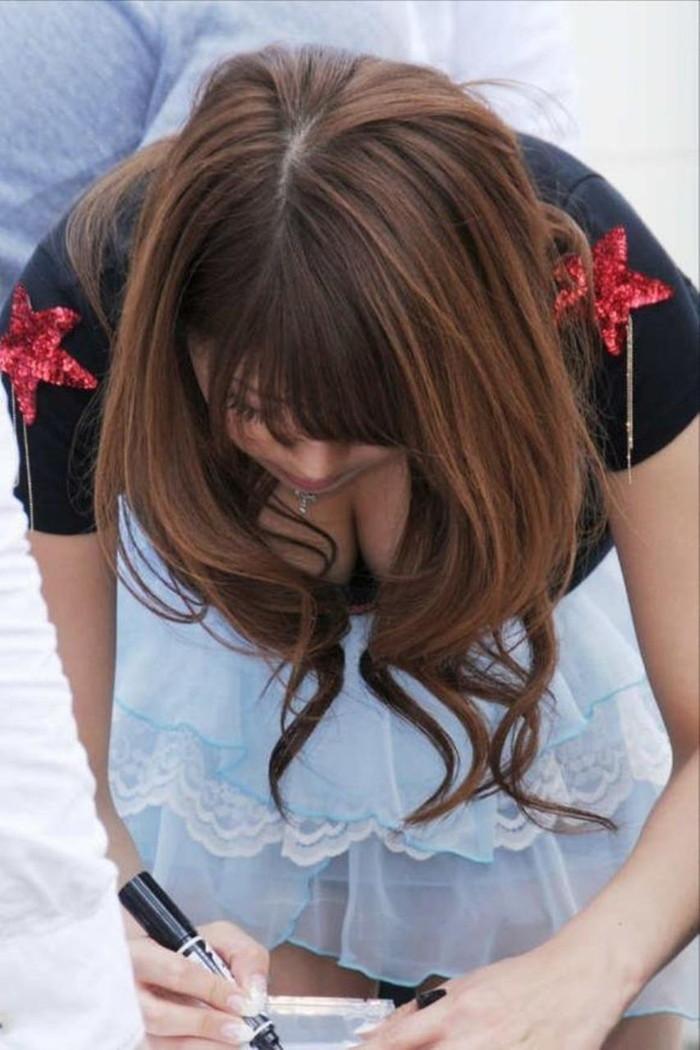 【胸チラエロ画像】素人娘たちのゆるんだ胸元を狙い撃ちした結果www 08
