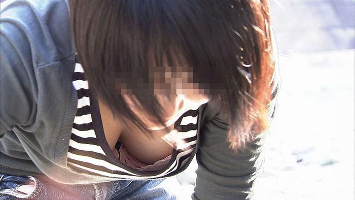 【胸チラエロ画像】素人娘たちのゆるんだ胸元を狙い撃ちした結果www 10