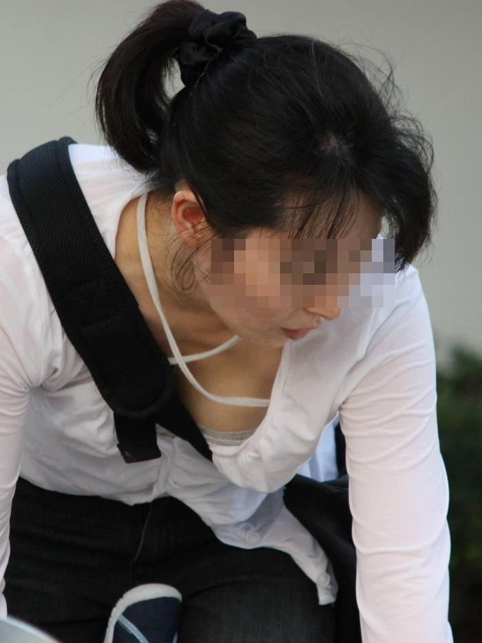 【胸チラエロ画像】素人娘たちのゆるんだ胸元を狙い撃ちした結果www 11