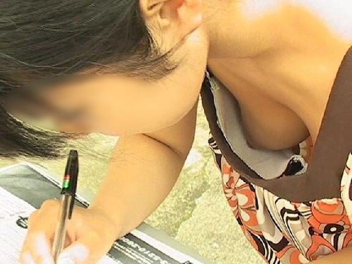 【胸チラエロ画像】素人娘たちのゆるんだ胸元を狙い撃ちした結果www 12