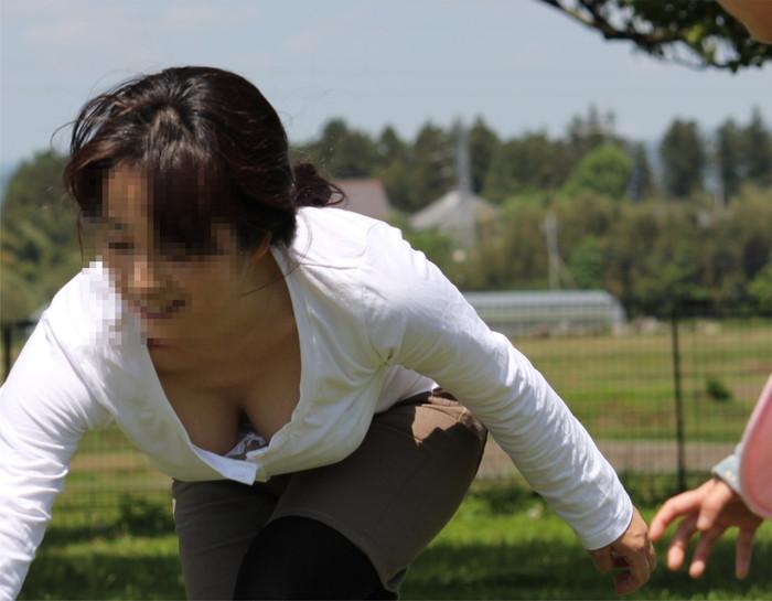 【胸チラエロ画像】素人娘たちのゆるんだ胸元を狙い撃ちした結果www 17